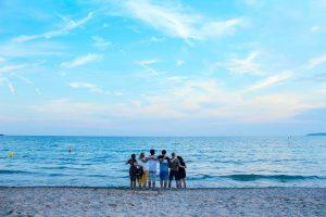 L'équipe Plezi au bord de la mer lors du Plezi Sun
