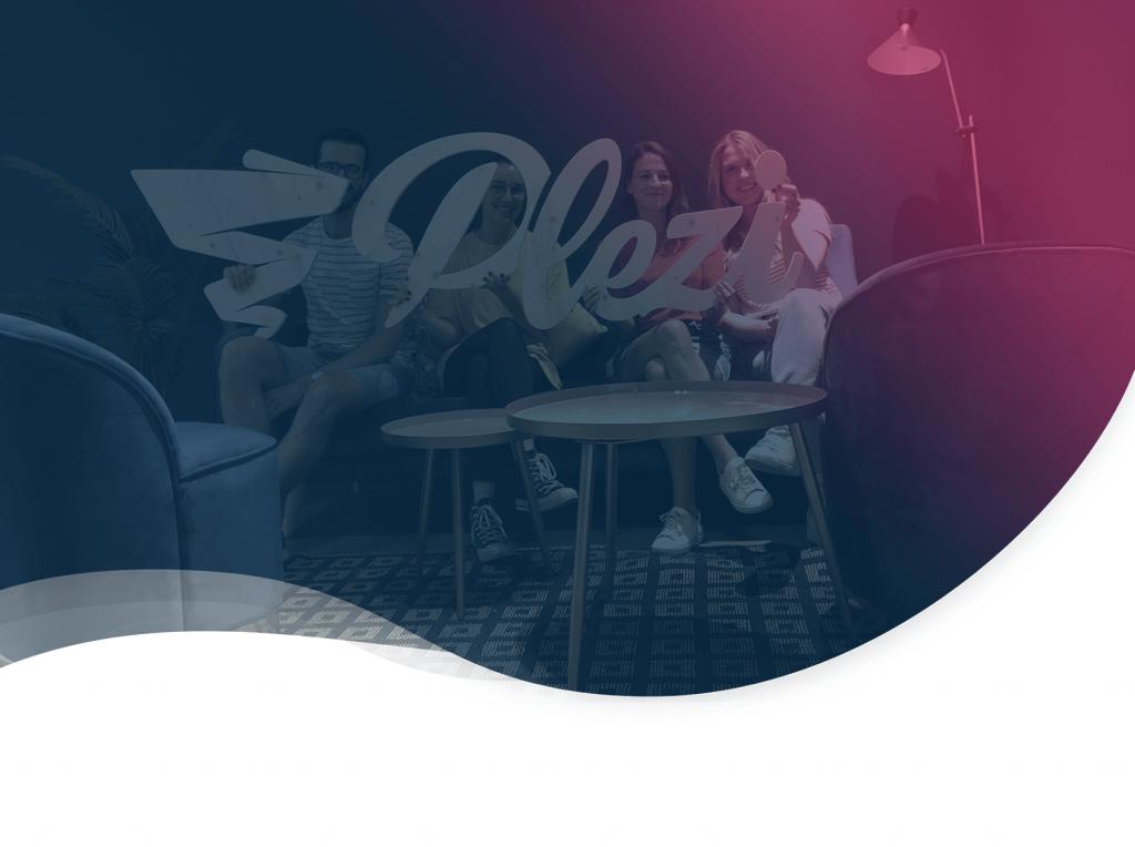 L'équipe marketing de Plezi présentant le nouveau logo